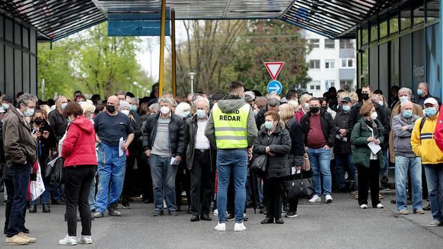 Zagreb: Gužva ispred Velesajma gdje je započelo cijepljenje Pfizerom