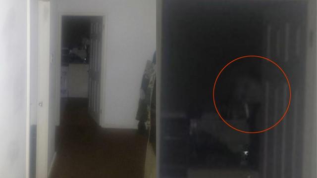 Duh ili nešto drugo? Sam u kući, nakon čudnih zvukova u mraku snimio lice koje proviruje...
