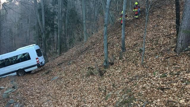 Minibus izletio u provaliju u Sloveniji, ozlijeđeno troje djece