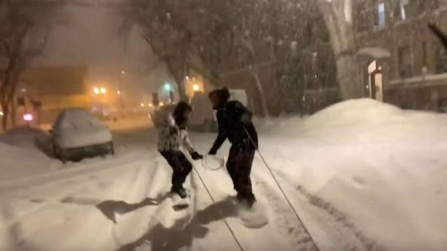 VIDEO Srbi su skijali ulicama Chicaga, zaustavila ih policija: 'Dobro, dečki, jeste normalni?'