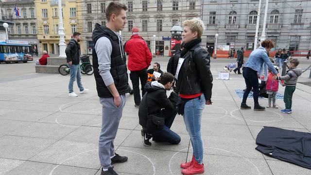 Neobičan eksperiment na Trgu: Potpuni stranci se gledali u oči