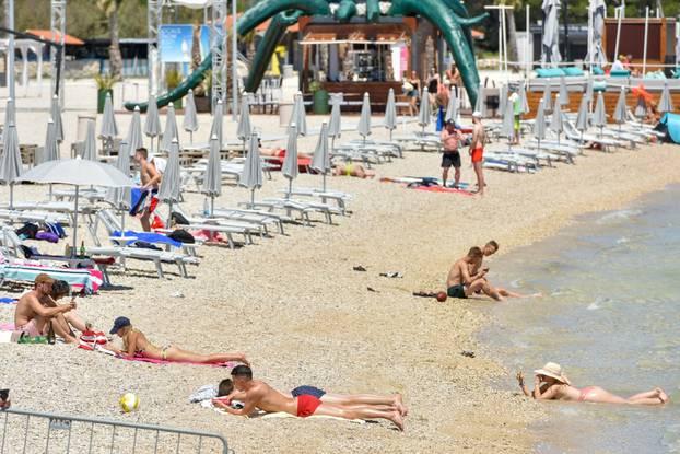 Malobrojni gosti odmaraju se na plaž Zrče