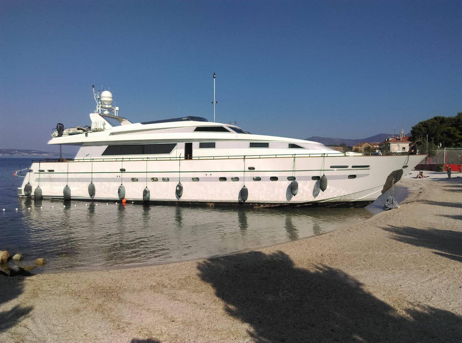 Jahta isplovljavala iz marine pa 'uplovila' na obližnju plažu