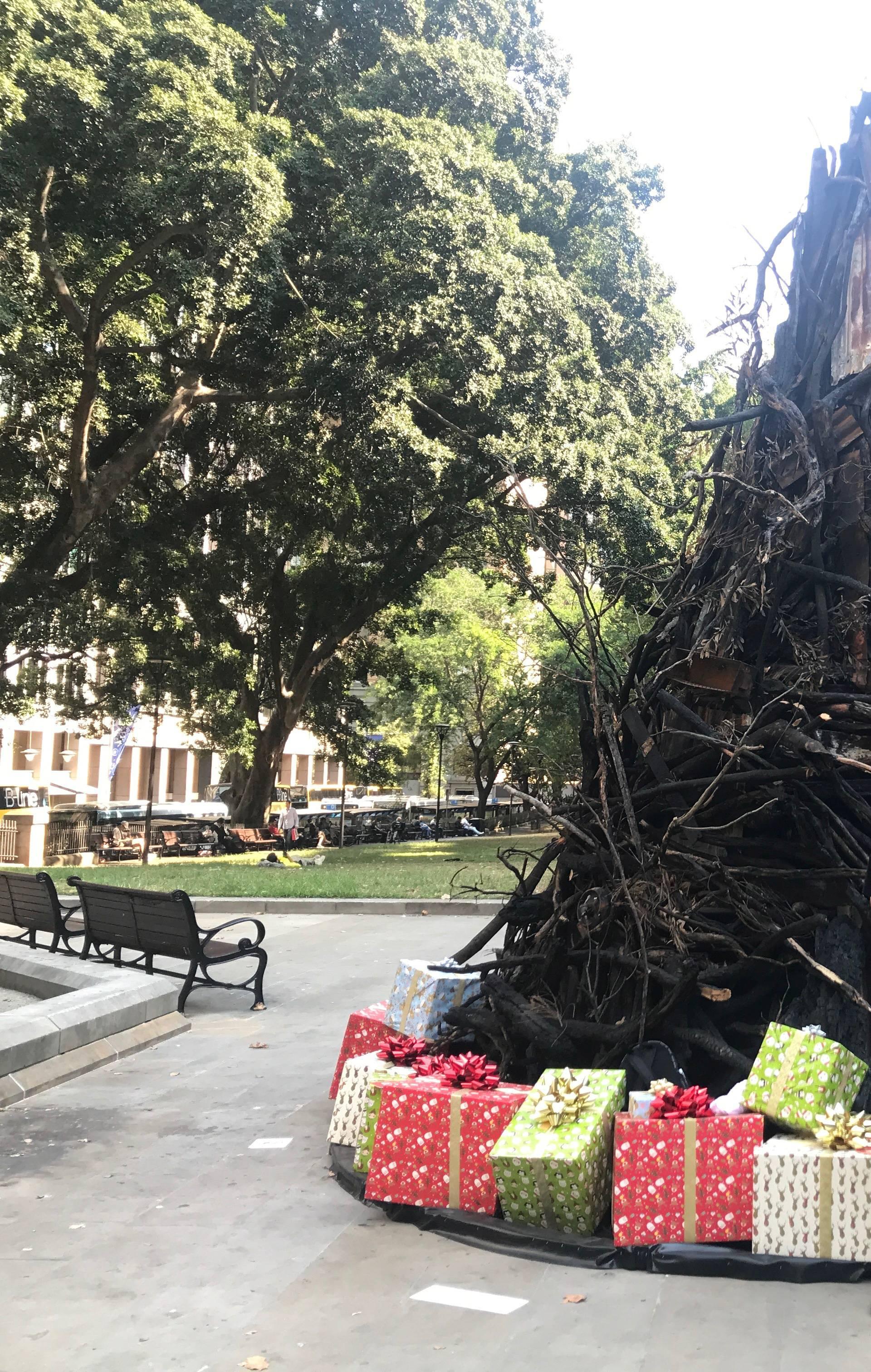 Božićno drvce od ostataka požara kao simbol katastrofe