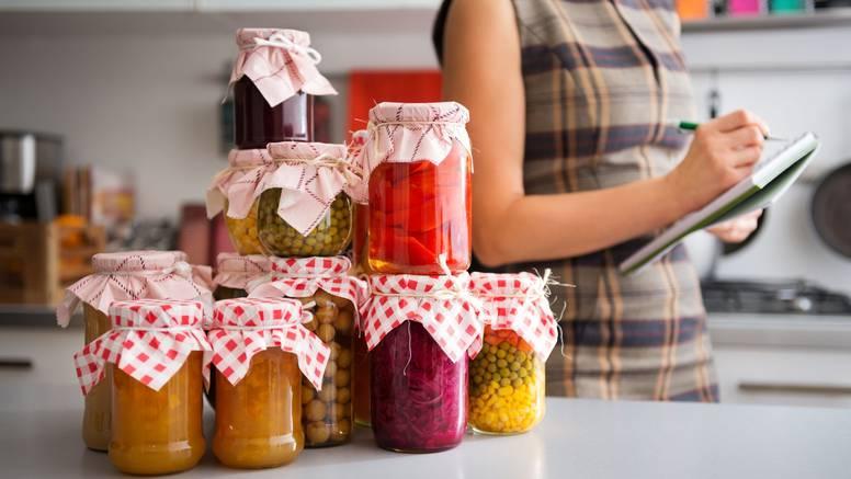 12 recepata za zimnicu: Paprike punjene sirom, kiseli luk, ajvar, cikla, pesto, ukiseljene rajčice...