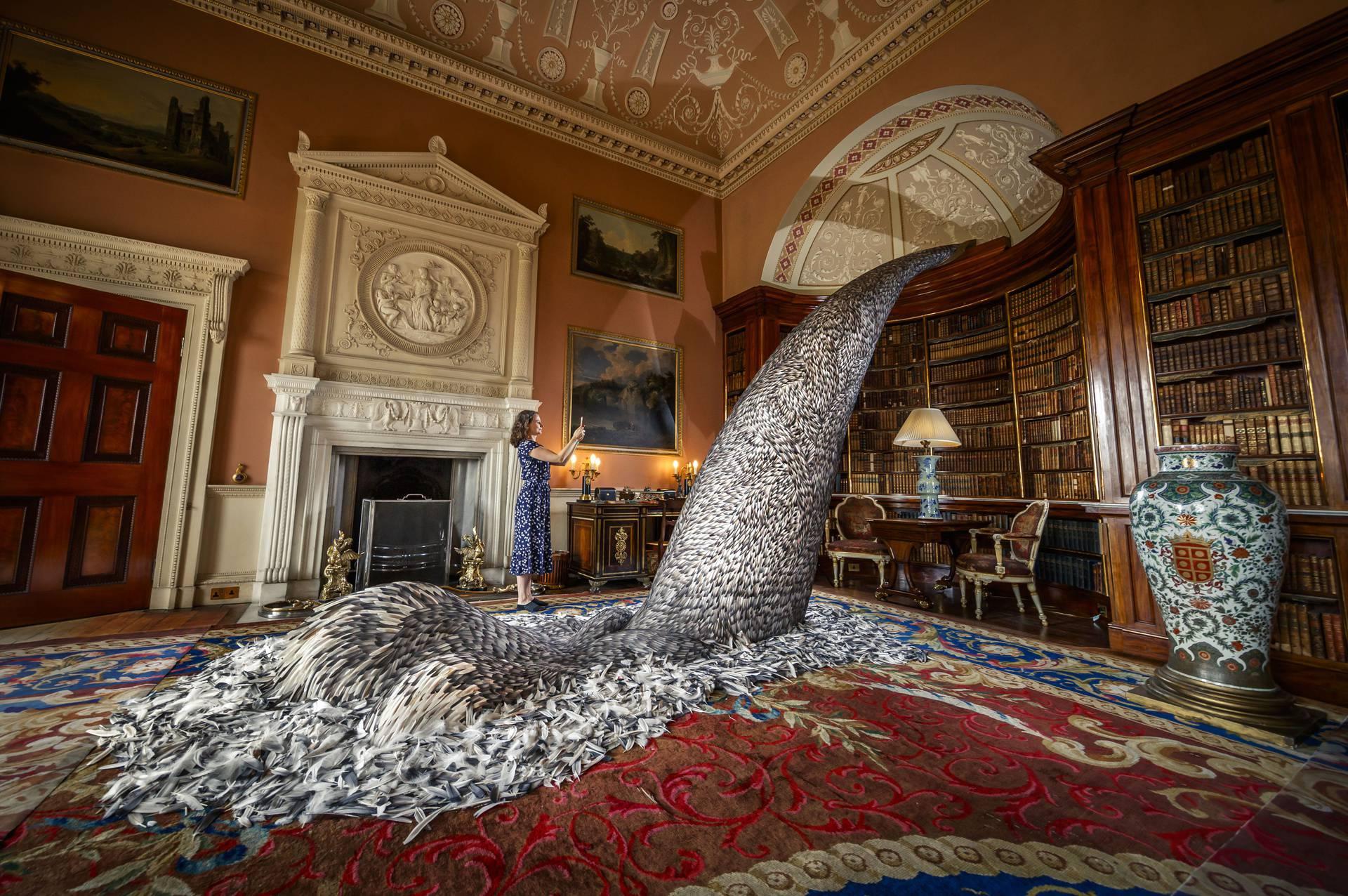 Sakupljala je pera od golubova pa je napravila divnu skulpturu