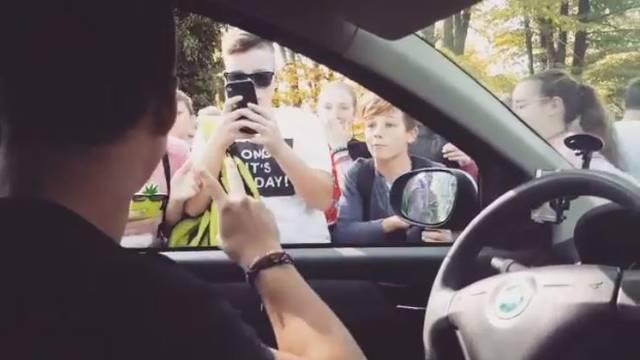 Dječak je ugledao svog idola pa ga je pokušao izvući iz auta