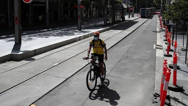 S maskom na biciklu