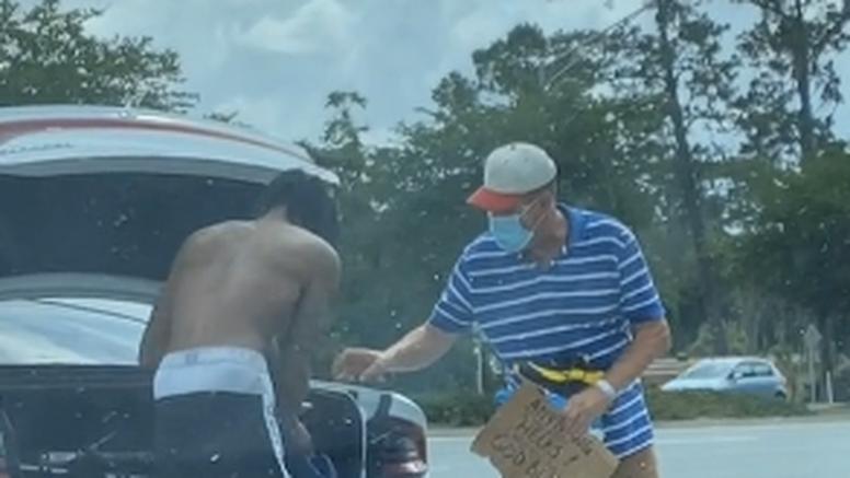Student pomogao beskućniku, postao hit na Tik Toku: 'Njemu su te stvari bile potrebnije'