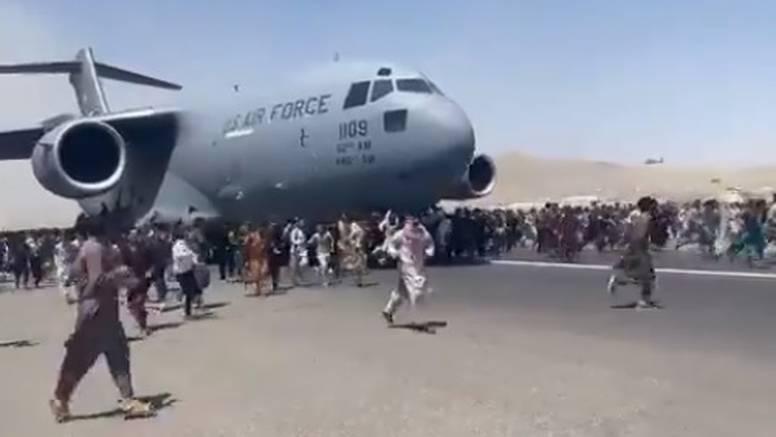 Talibani pozivaju ljude na aerodromu da odu kući