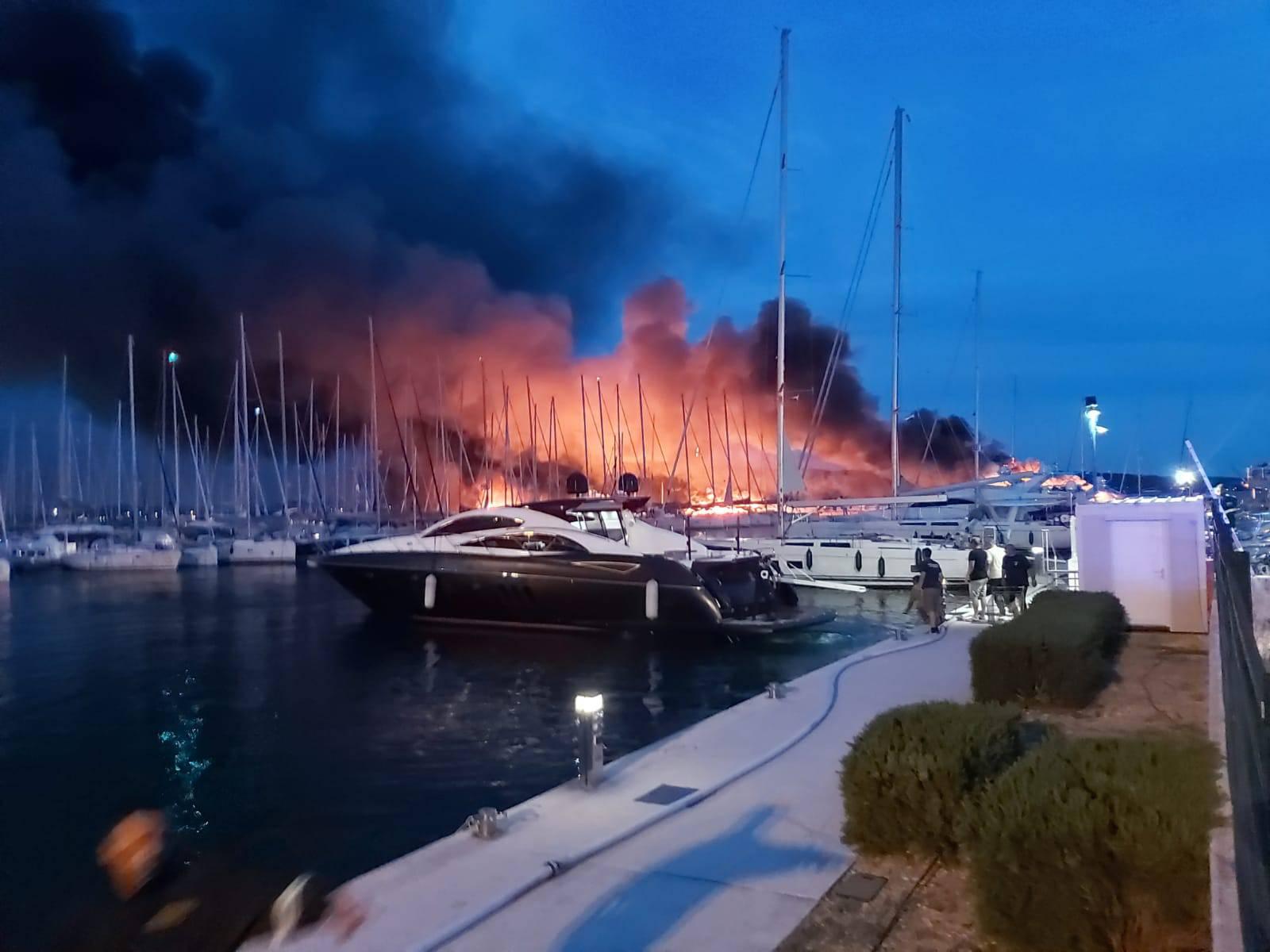 Vatrena stihija progutala pet skupih jahti, vatrogasci su zbog dima morali gasiti s kopna
