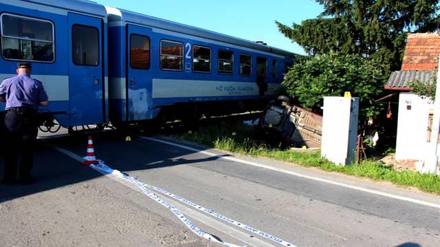 Automobil naletio na vlak u Pleternici