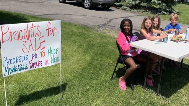 Djeca izrađuju narukvice kako bi pomogla afro-američkim zajednicama u Minneapolisu
