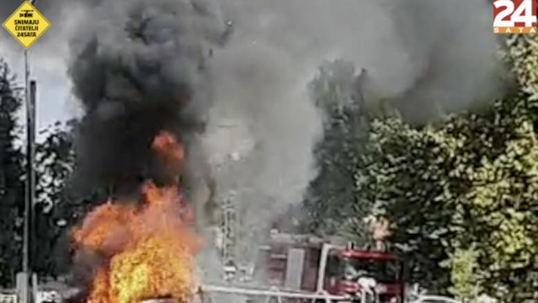 VIDEO Izgorio auto u Osijeku: 'Taman smo došli na vatrogasnu sirenu, nigdje nikog osim njih...'