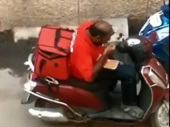 Dostavljač na motoru jeo hranu za kupce pa ju vraćao u kutiju