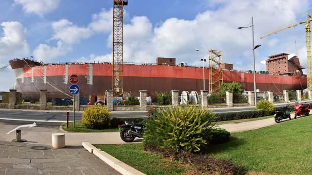 Pula: Priprema broda Santiago I za tegljenje u brodogradilište 3 Maj