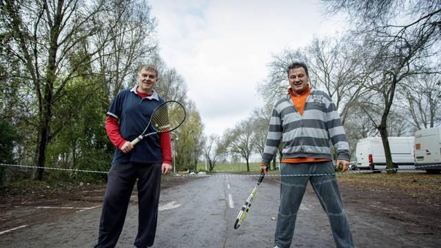 Zagreb: Glumci Boris Svrtan i Ivan Jončić krate teške dane igrajući tenis na parkiralištu
