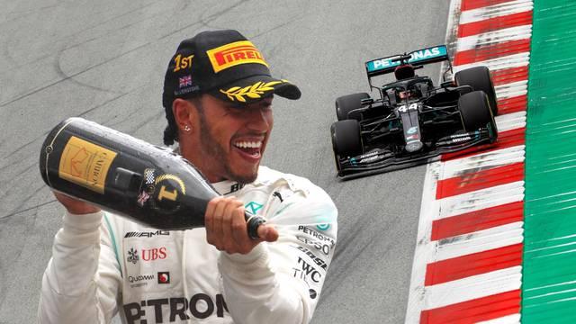 Kakav spektakl u Silverstoneu: Hamiltonu u zadnjem krugu pukla guma, ali ipak pobijedio!