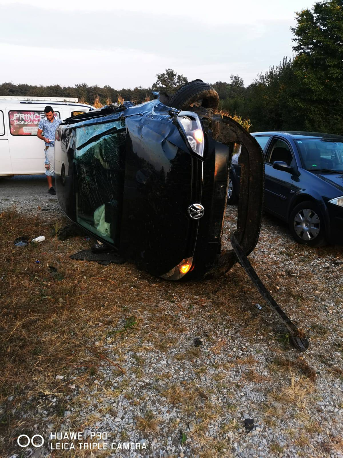 Nesreća kod Zagreba: Golf se preokrenuo na bok na cesti