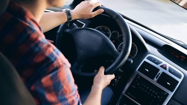 Dok vozite svakih pola sata treba razgibati vrat i ramena