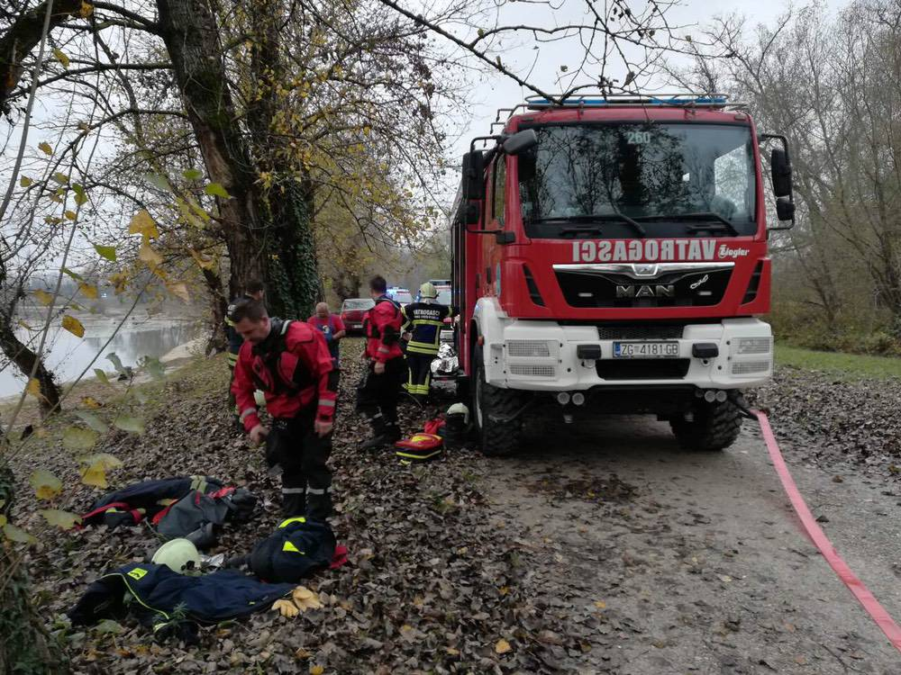 Sletio automobilom u jezero, vatrogasci mu spasili život