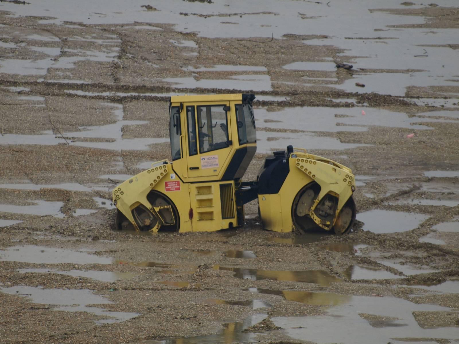 Sam na svijetu: Valjak danima stoji u blatu i tone u zemlju...