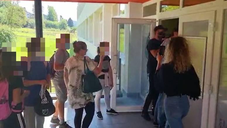 Pogledajte snimke iz škole u koju su upali antimaskeri