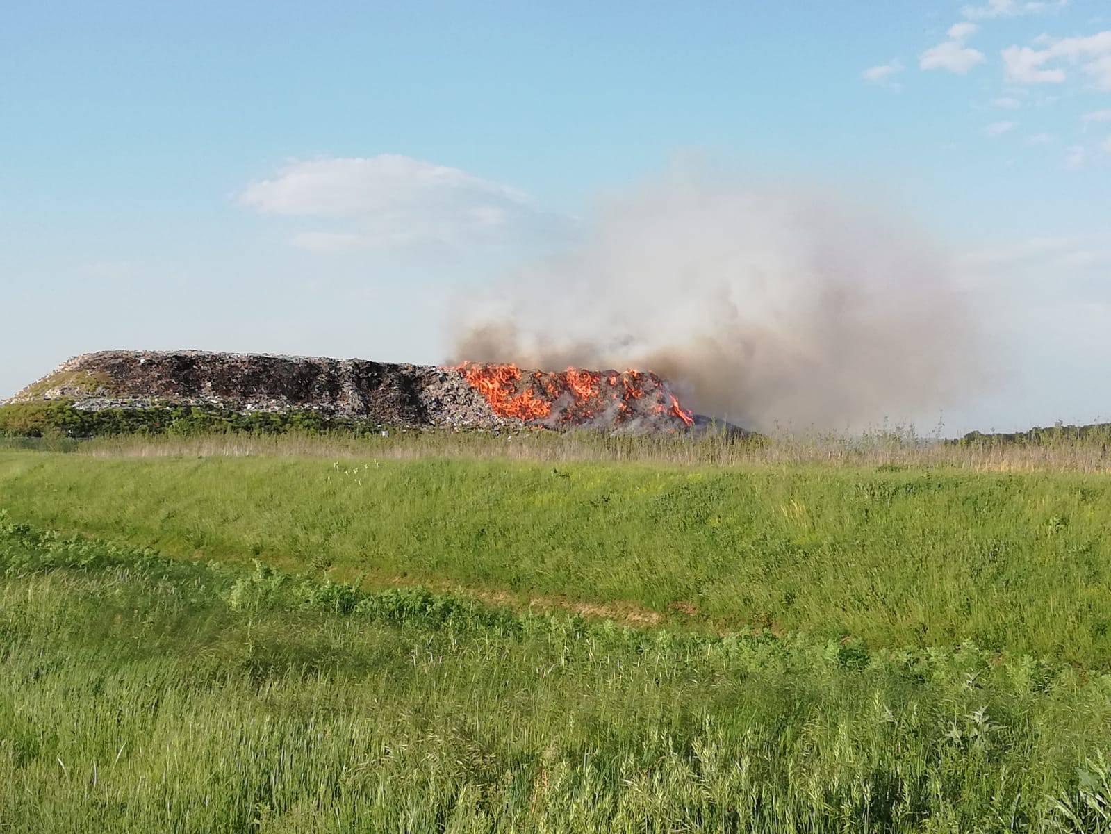 U općini Davor u Slavoniji gori smetlište, požar se širi dolinom
