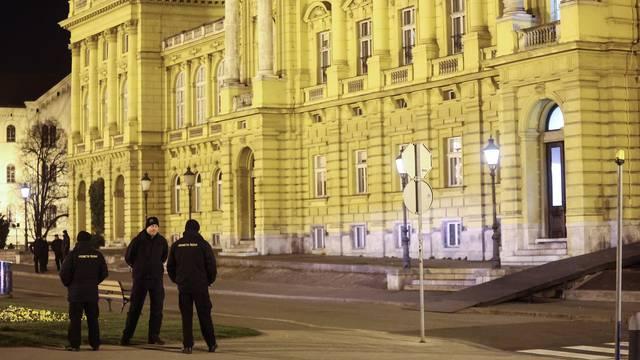 Zagreb u subotu navečer bio pun policije: Patrolirali ispred HNK da se mladi ne bi okupljali