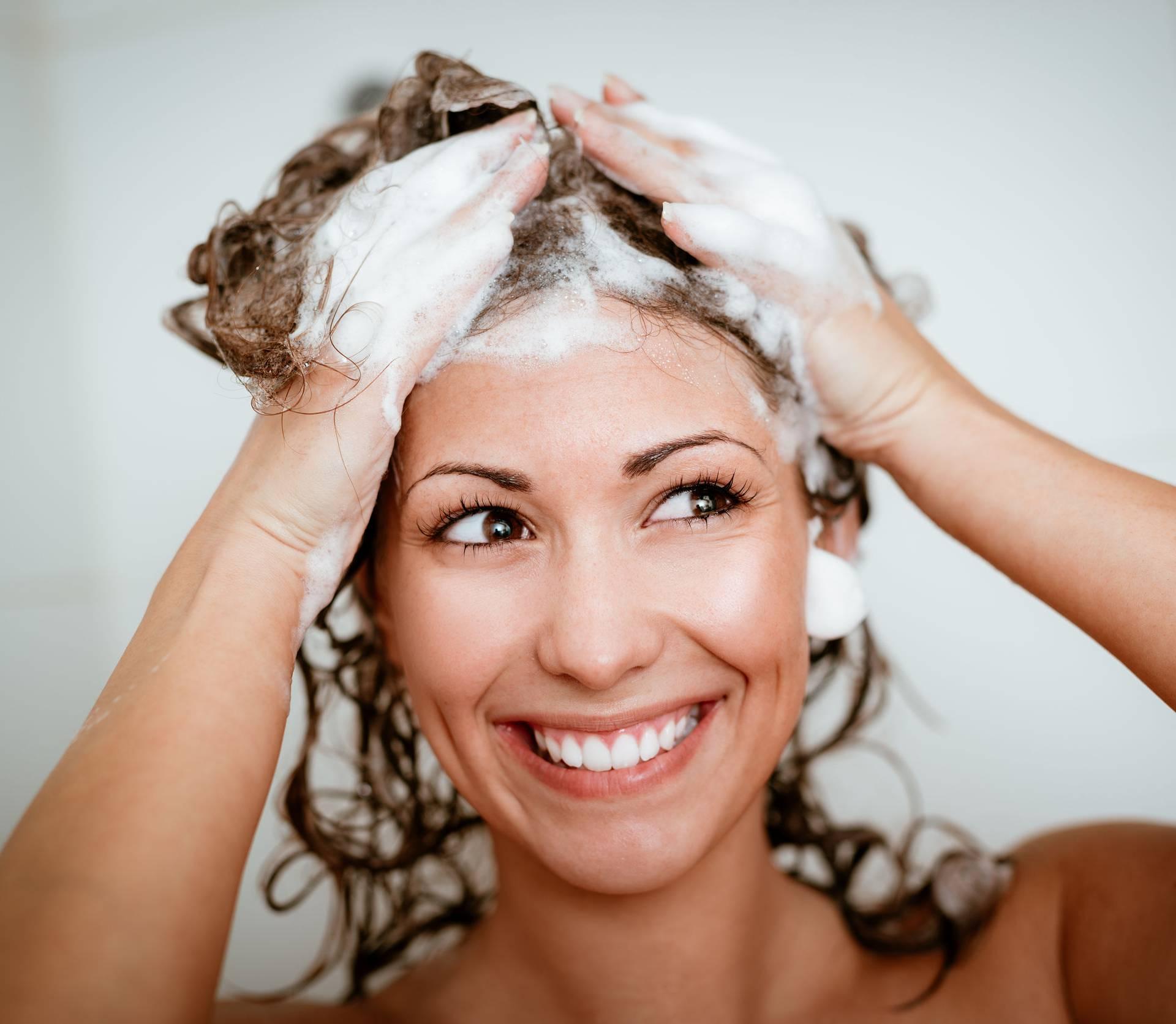 Rješenje vječne dileme: Treba li kosu prati ujutro ili navečer?
