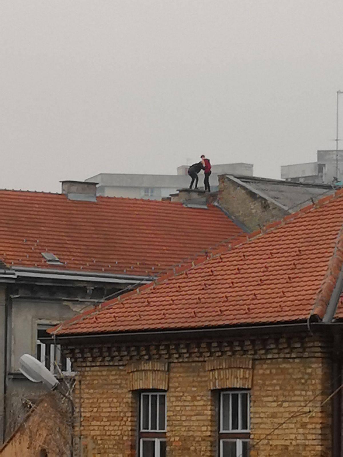 Jeste li vi normalni? Popeli su se na krov pa snimali selfije...