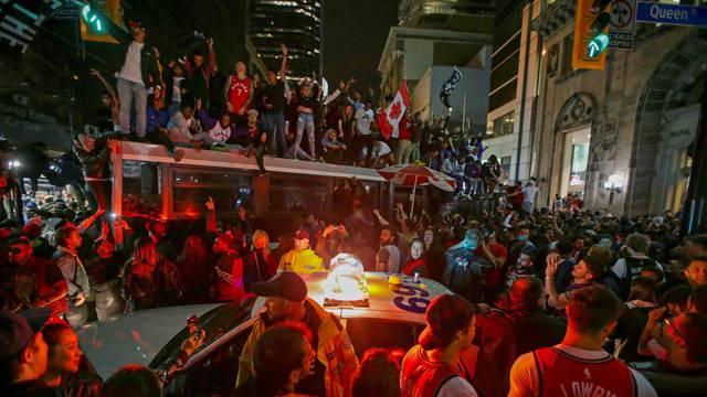 Cirkus za titulu: Razvalili auto policije i penjali se po svemu...