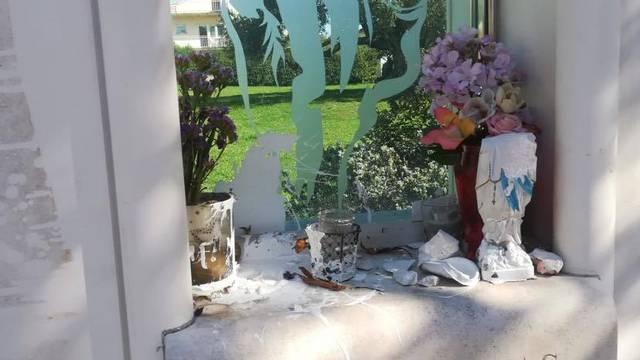 Kaštelani šokirani: 'Kipu Gospe odrubili glavu, sve zalili bojom'