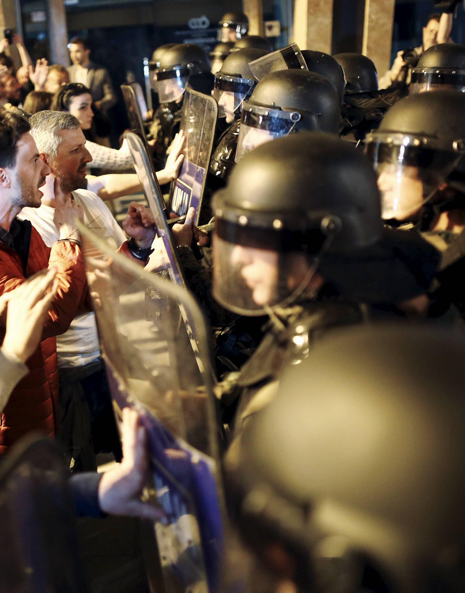 Napeto u Makedoniji: Građani su se sukobili s policijom