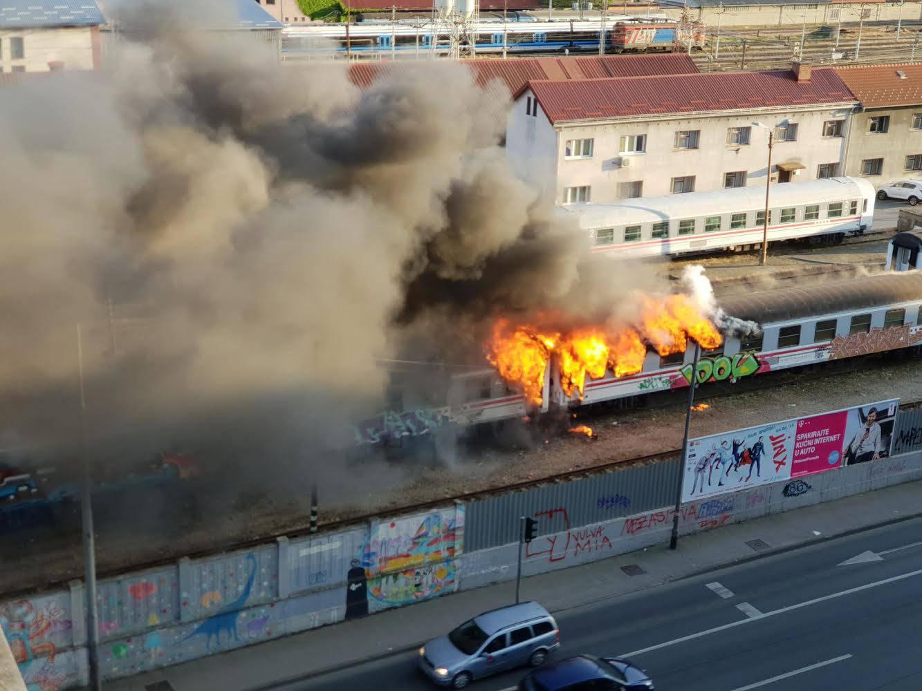 Širi se gusti dim: Planula dva vagona na Glavnom kolodvoru