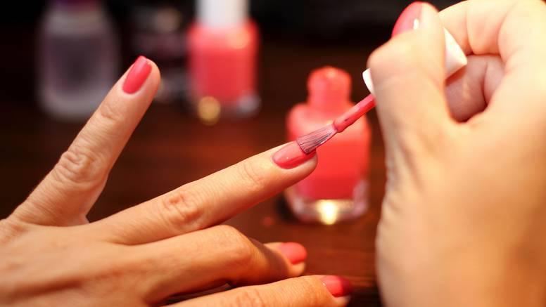 Kako savršeno nalakirati nokte svojom nedominantnom rukom