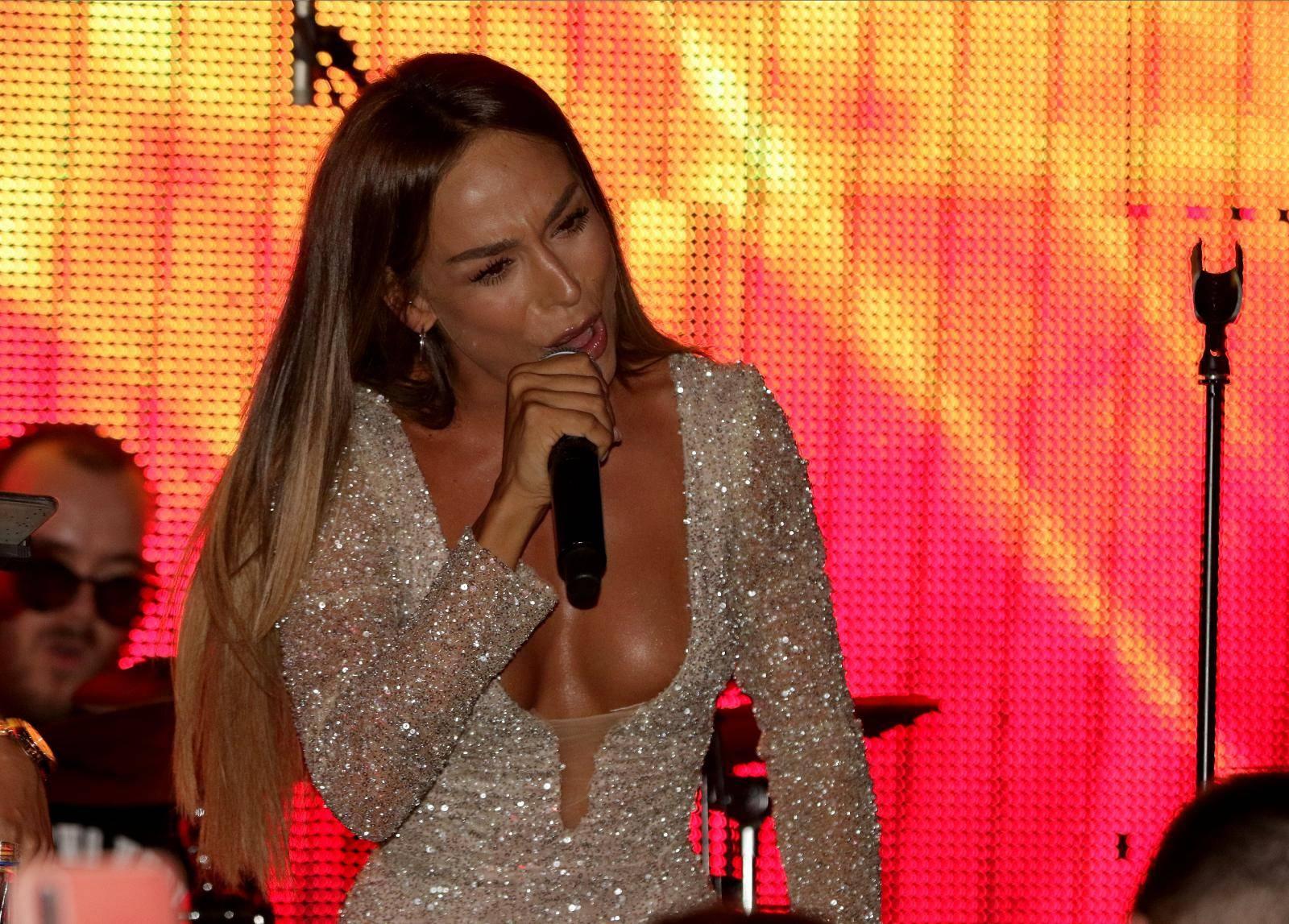"""Performance of Edita Aradinovic held on raft """"Port"""".Nastup Edite Aradinovic na splavu """"Port""""."""