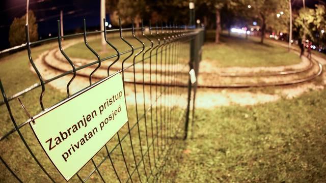 Zagreb: Obitelj postavila ogradu preko tramvajske pruge na okretištu u Prečkom