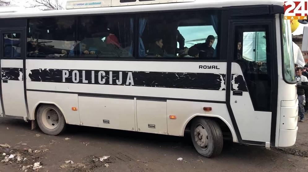 Bus kao iz 'Ko to tamo peva', a njime skupljaju migrante u BiH