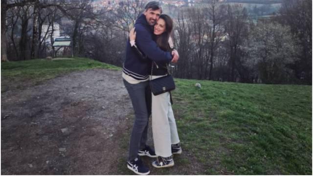 Ivaniševići zaljubljeni kao prvog dana, pozirali zagrljeni u prirodi