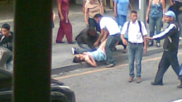 'Diši, tiskaj!' Prolaznici mladu djevojku porodili nasred ulice
