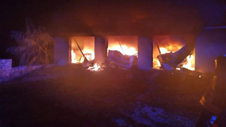U požaru izgorjela garaža i auti