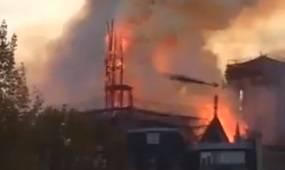 Pogledajte trenutak rušenja tornja katedrale Notre Dame