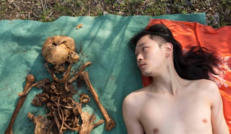 Iskopao kosti svoga oca pa se onda kraj njih fotografirao gol