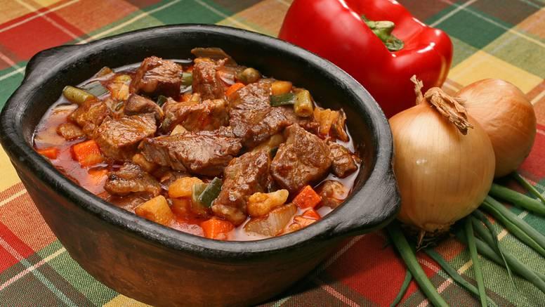 Pikantni juneći gulaš: Ajvar mu daje odličan okus, a luk gustoću