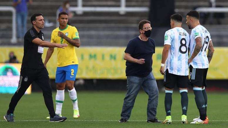 VIDEO Pogledajte kako policija i zdravstveni radnici prekidaju utakmicu i privode Argentince