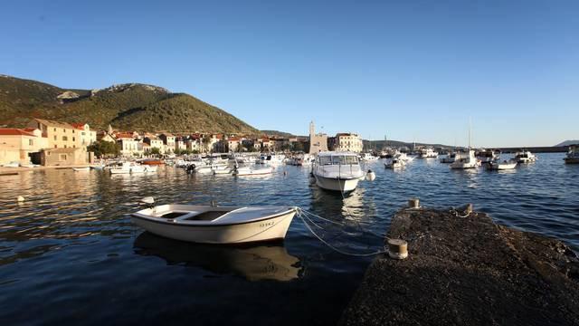Komiža, mali ribarski gradić na otoku Visu