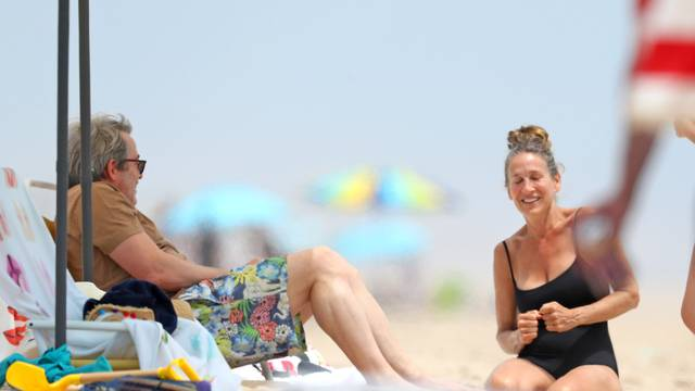 EXCLUSIVE: Sarah Jessica Parker Enjoys a Day at the Beach in the Hamptons, New York.