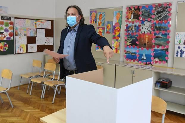 Kandidat SDP-a za gradonačelnika Šibenika, Tonči Restović, na glasovanju na lokalnim izborima