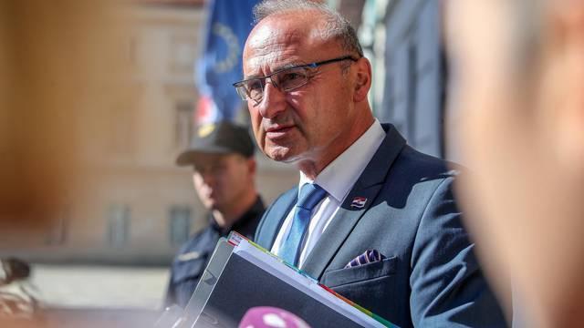 Zagreb: Gordan Grlić Radman u problemima jer mu je maska zapela za naočale